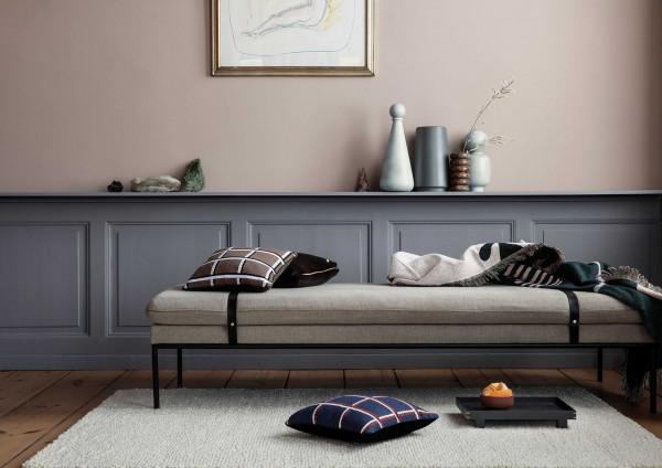 Ferm Living Turn Daybed Bank Fiord Cotton mit schwarzen Riemen