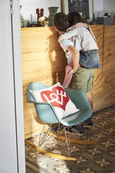 Vitra Eames RAR schommelstoel esdoorn goud onderstel