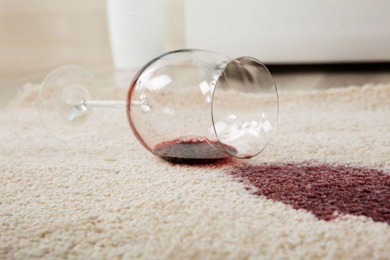 Rode wijnvlekken verwijderen uit je meubels